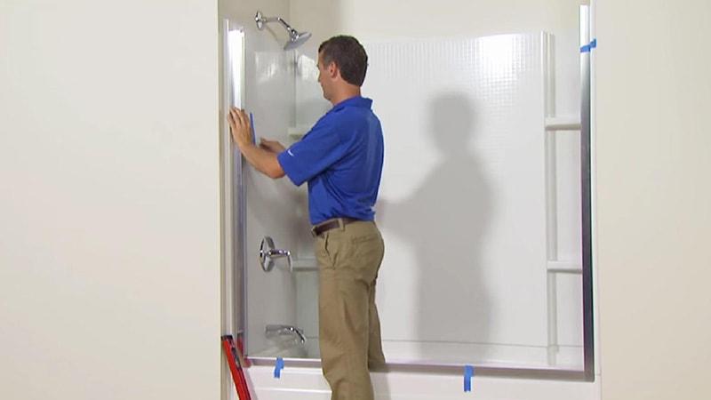 Размечая отверстия под крепежи для установочного профиля, обязательно проверяем вертикальность установки строительным уровнем