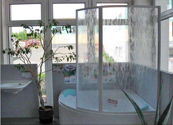 раздвижные стеклянные шторки для ванной
