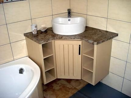 Угловая раковина с тумбой в ванную комнату
