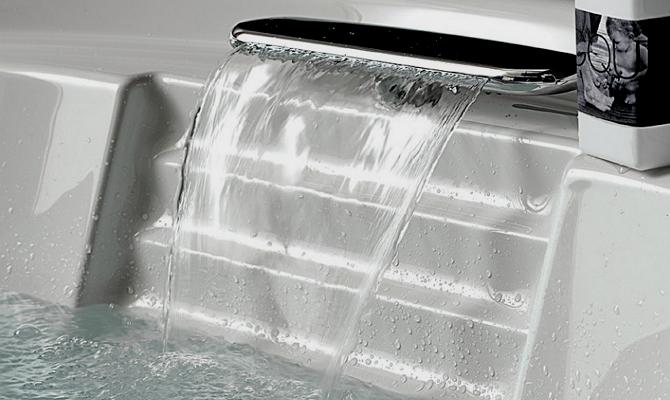 Смеситель для ванны с красивым изливом воды