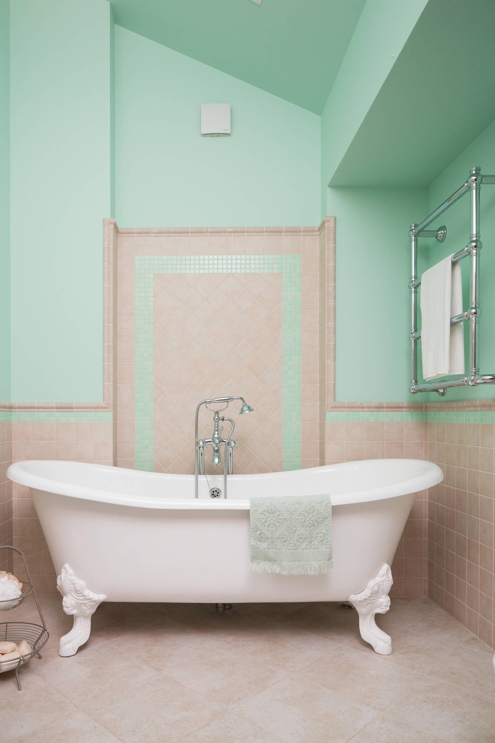 Ванная со светло-зелеными стенами