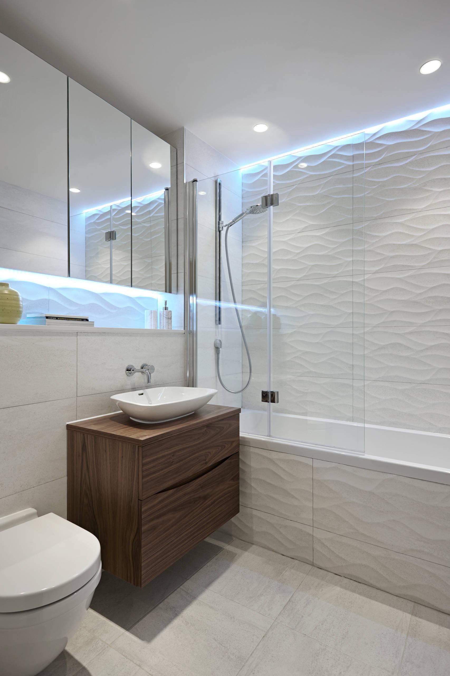 Ванная комната в современном стиле с настольной раковиной и продолговатым зеркальным шкафом сверху
