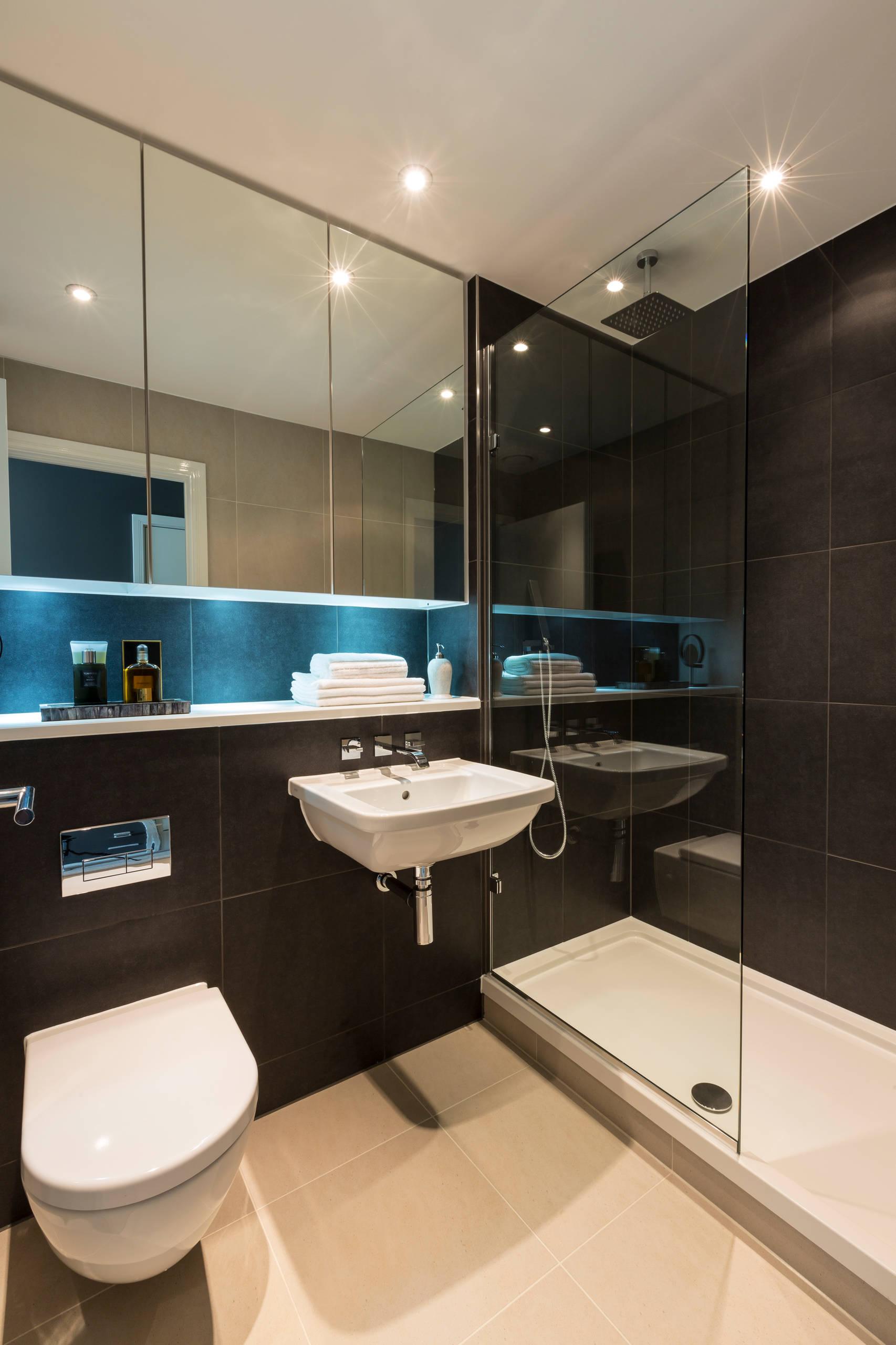 Ванная комната в современном стиле. Подсветка под зеркальным шкафчиком