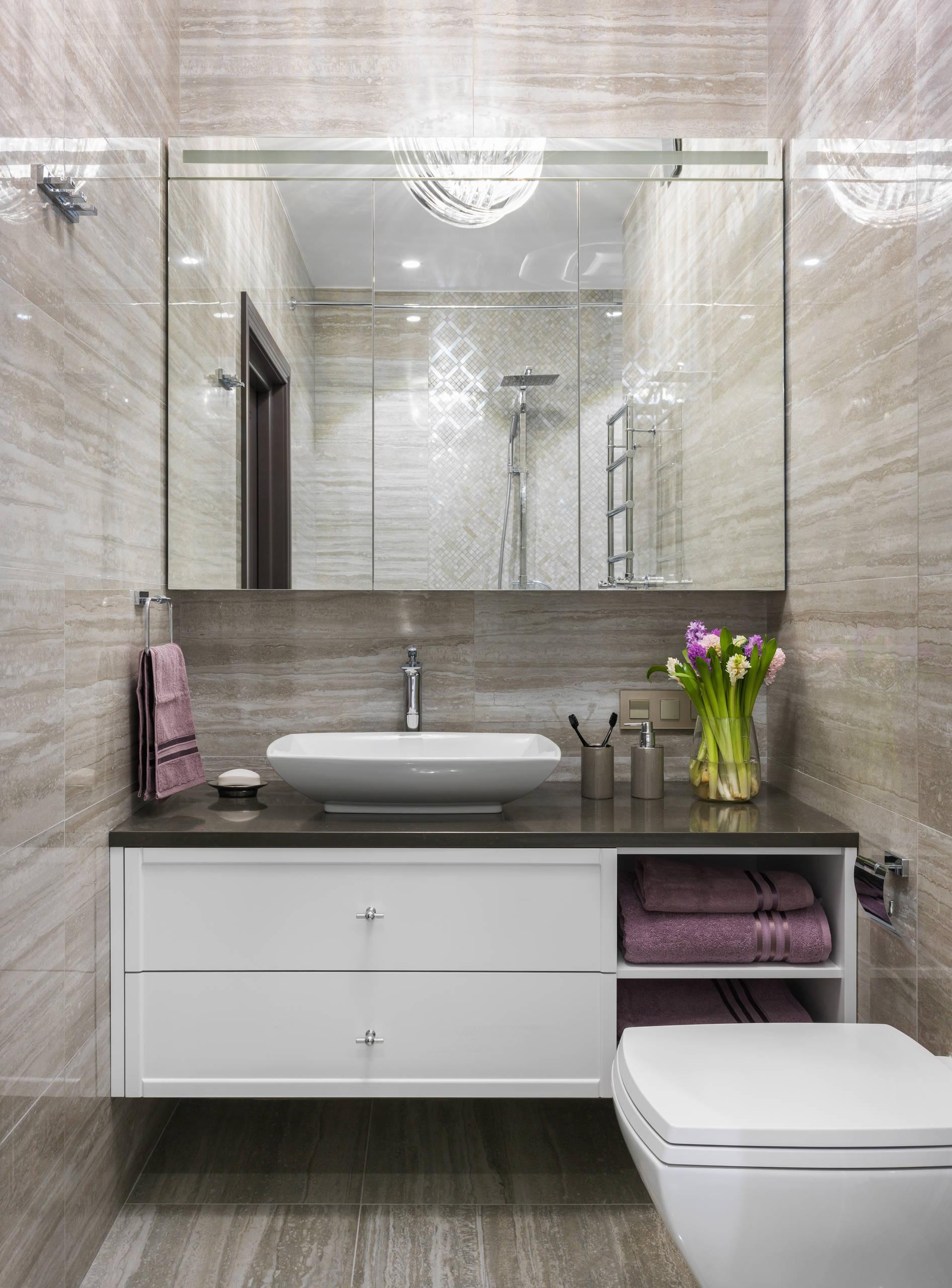 Ванная комната в современном стиле с фасадами с утопленной филенкой, белыми фасадами, бежевой плиткой, настольной раковиной, бежевым полом, инсталляцией, бежевыми стенами, душевой кабиной и коричневой столешницей