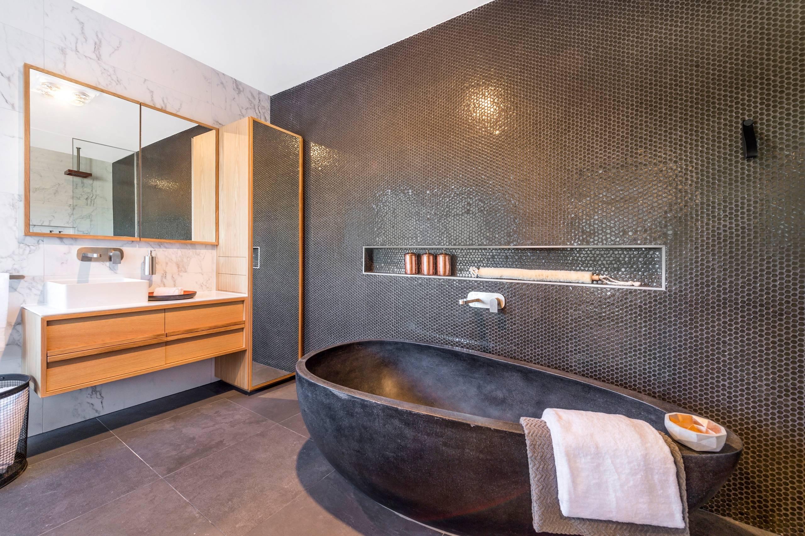 Большая ванная комната в современном стиле. Высоких зеркальный шкаф в углу и шкаф-зеркало над раковиной