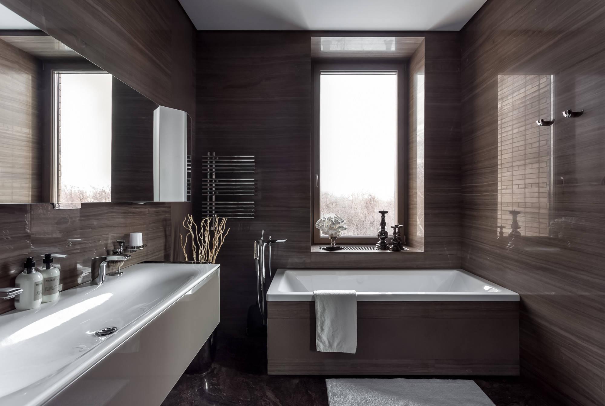Ванная комната в строгом лаконичном стиле. Зеркальные шкафчики расположены вдоль стены