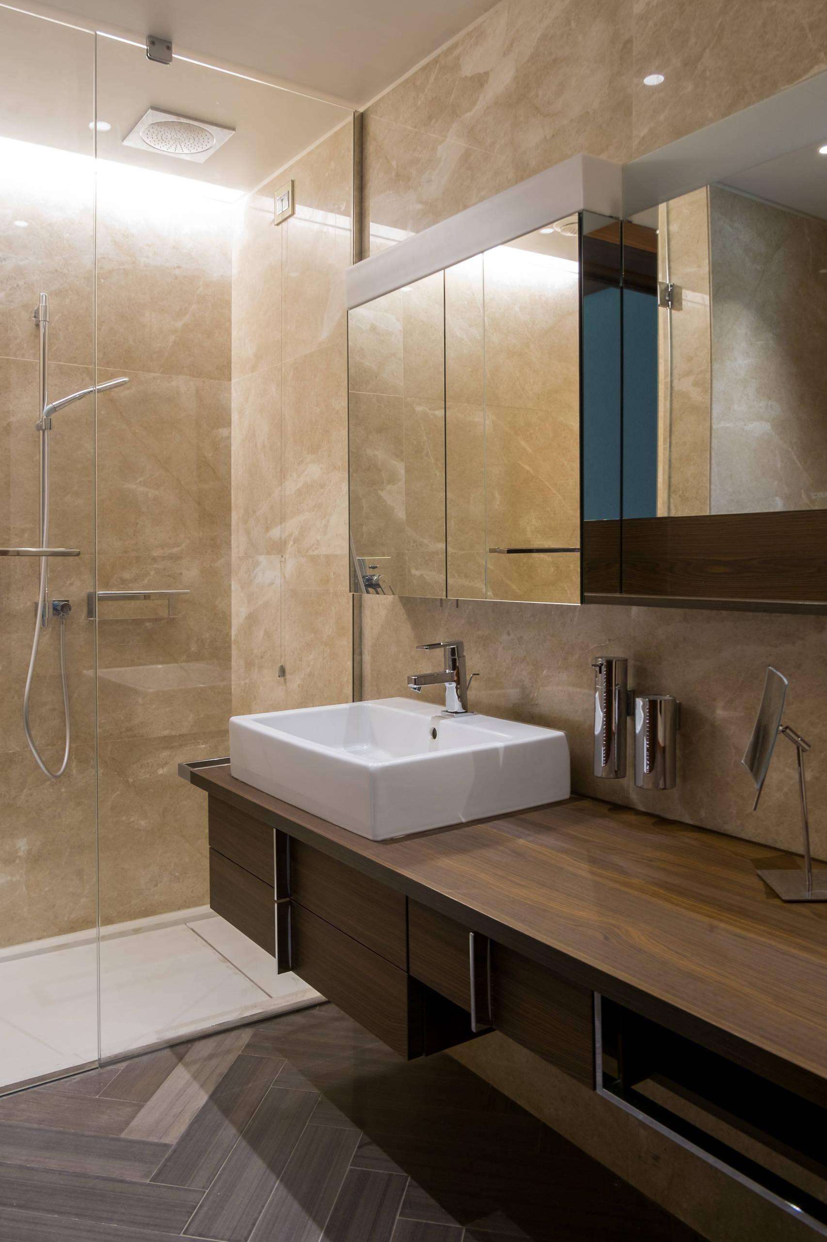 Ванная комната среднего размера в современном стиле. Комбинированные зеркальные шкафчики