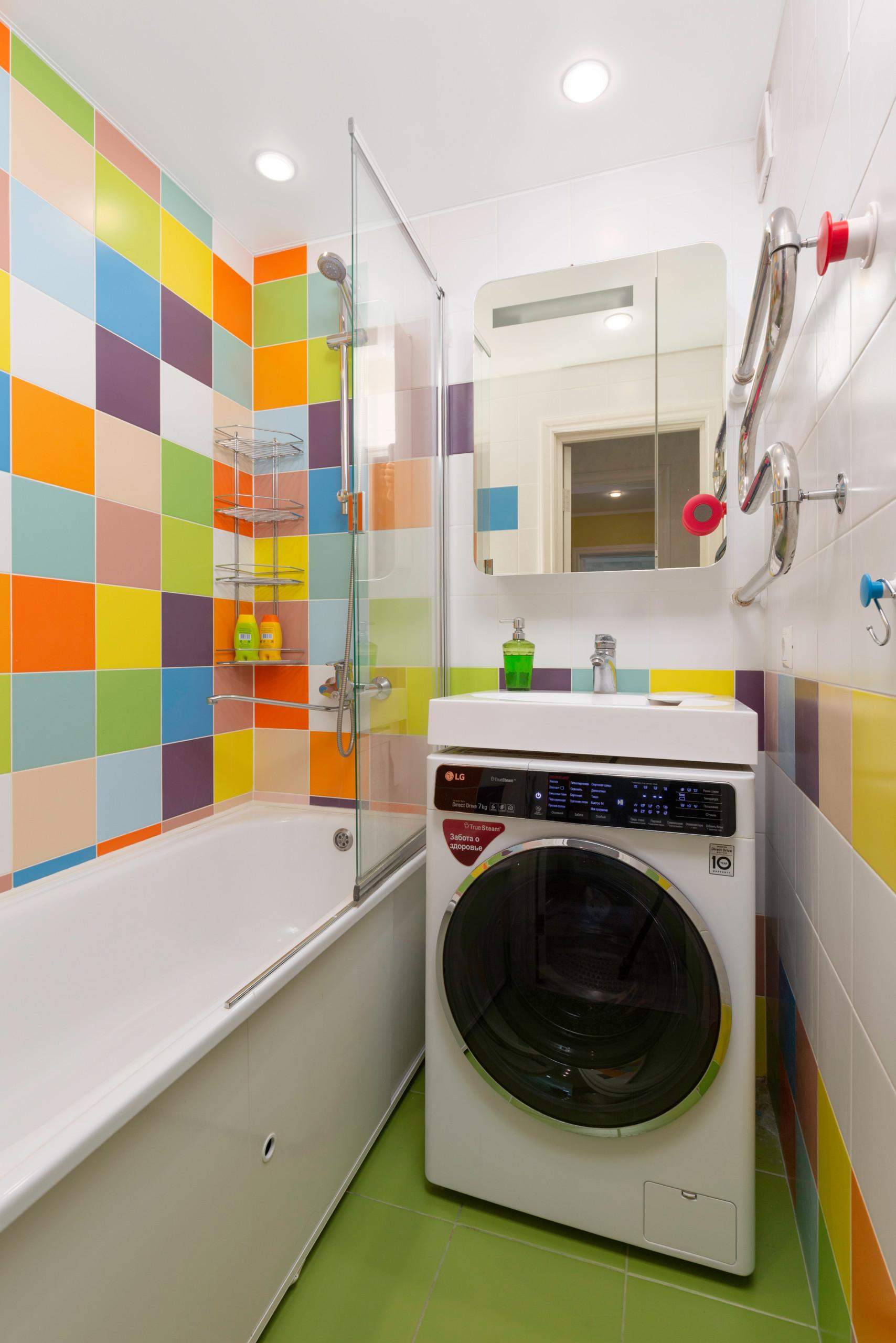 Маленькая ванная комната в современном стиле с душем над ванной, разноцветной плиткой, керамической плиткой, зеленым полом, ванной в нише, консольной раковиной