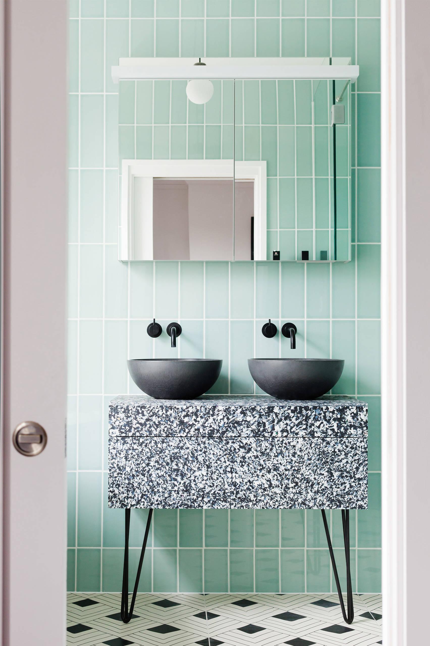 Ванная комната среднего размера в современном стиле с настольной раковиной