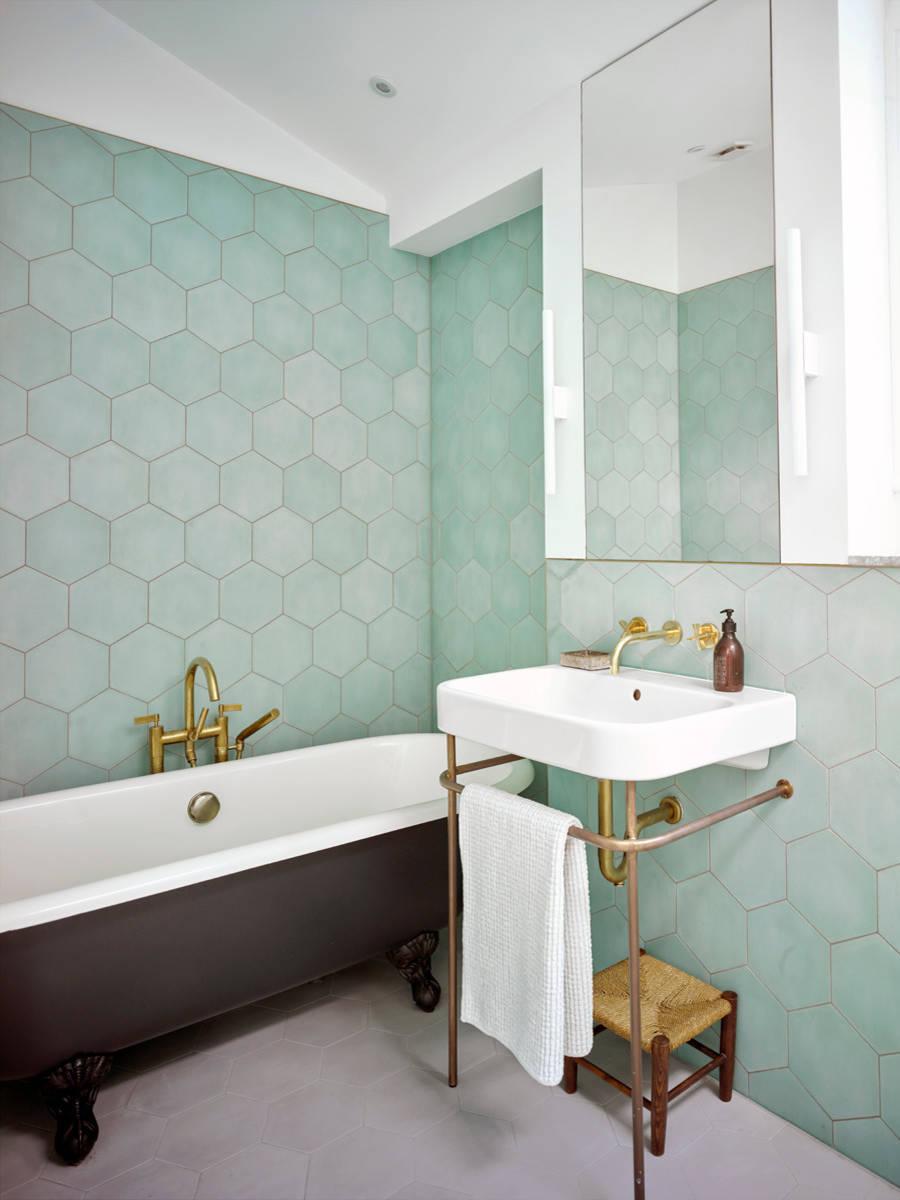Ванная комната среднего размера в современном стиле с ванной на ножках, керамической плиткой, зелеными стенами, полом из керамической плитки, консольной раковиной и серым полом