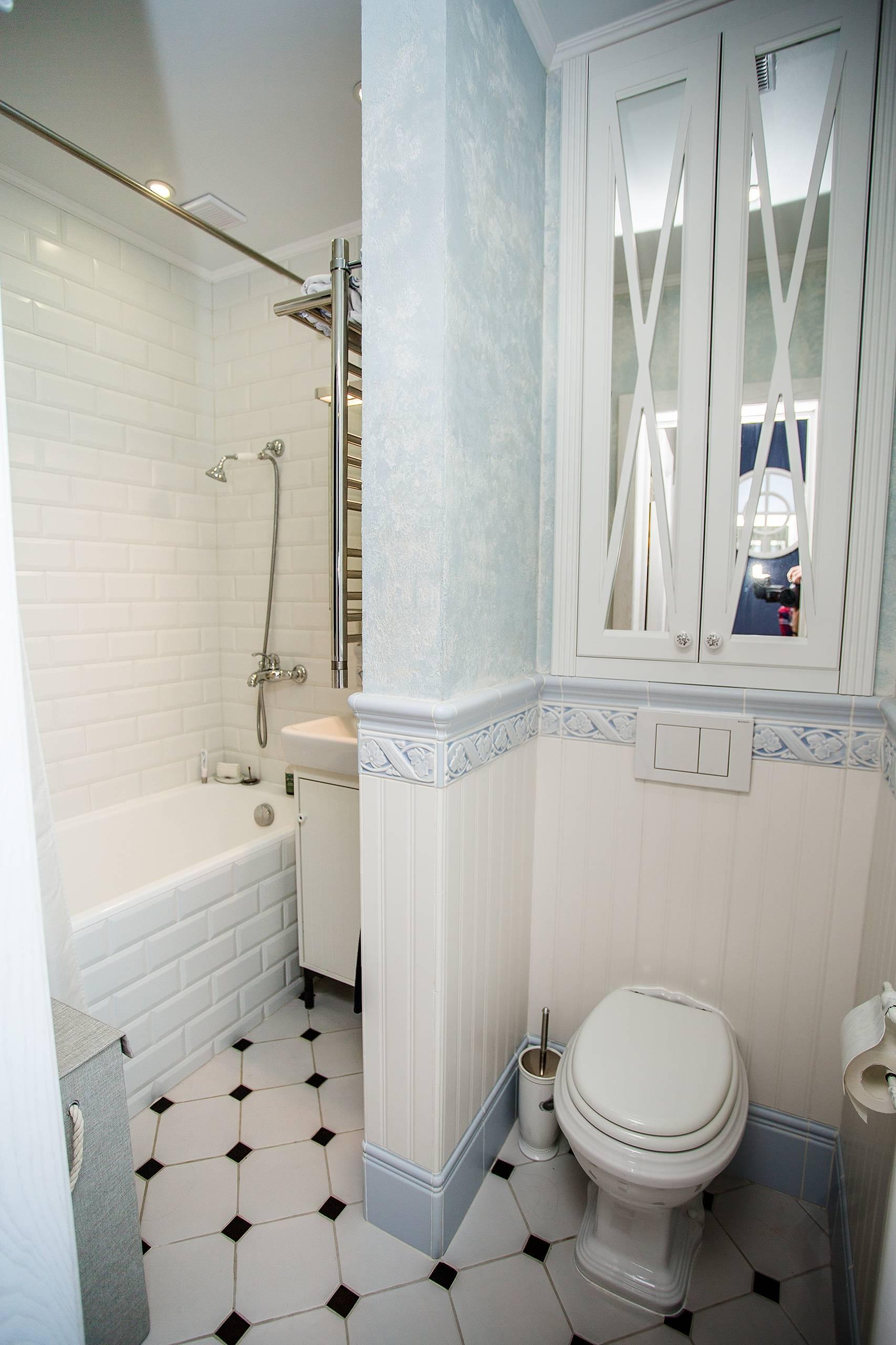 Ванная в стиле прованс с белой настенной плиткой и напольной плиткой с черными вставками