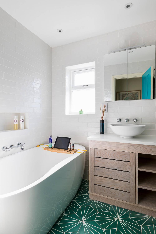 Маленькая ванная комната в современном стиле с плоскими фасадами