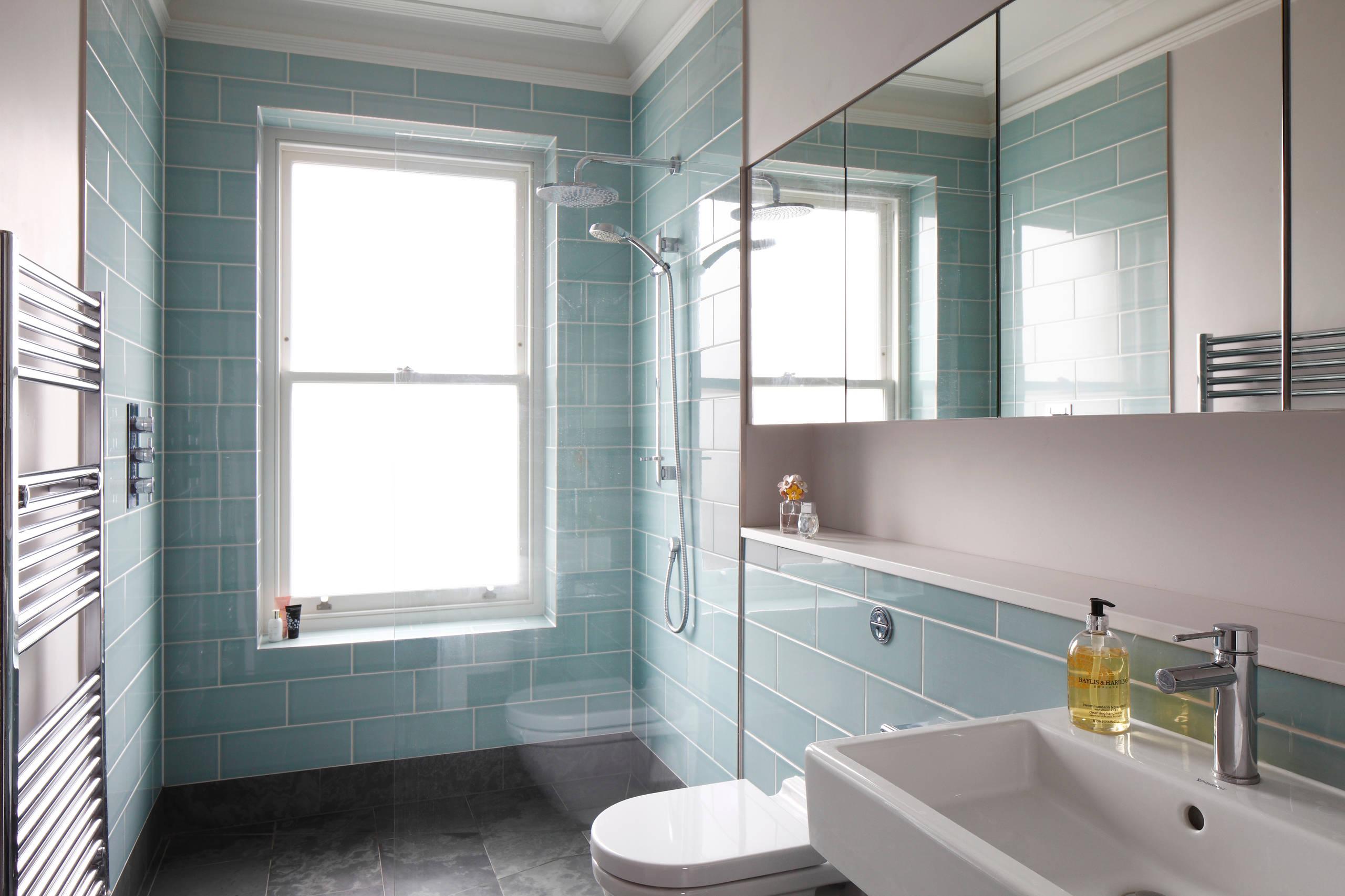 Большая детская ванная комната в стиле современная классика