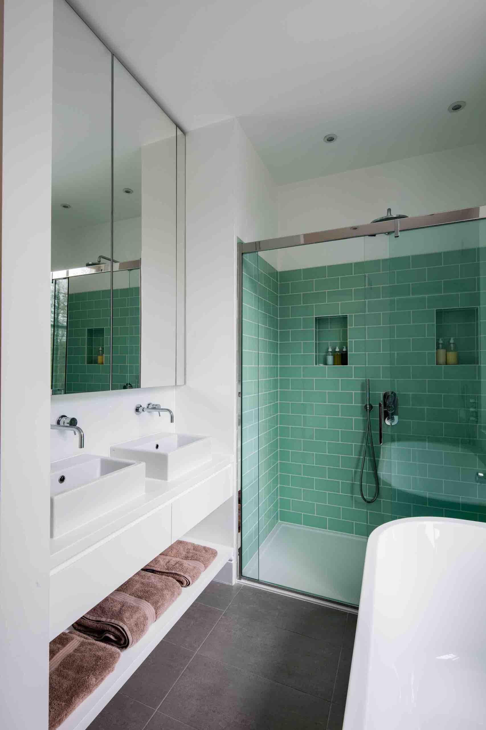 Ванная комната среднего размера в современном стиле