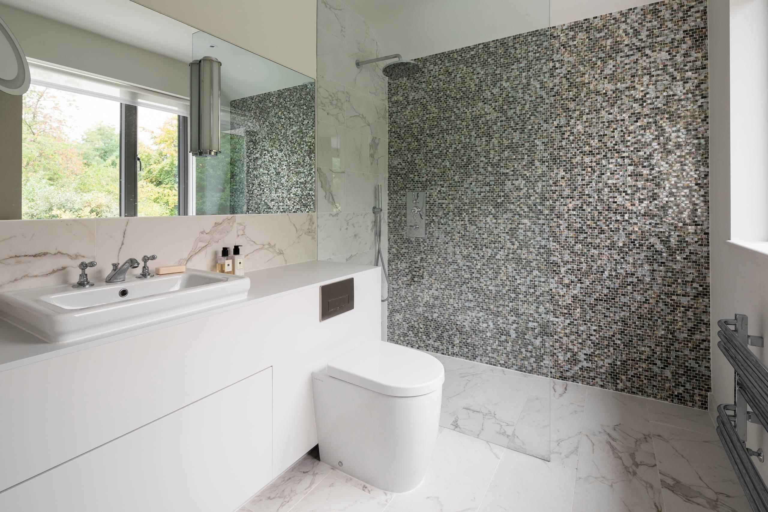 Большая ванная комната в современном стиле с плоскими фасадами, бежевыми фасадами, угловым душем, унитазом-моноблоком, плиткой мозаикой, мраморным полом, настольной раковиной, белым полом, открытым душем и белой столешницей