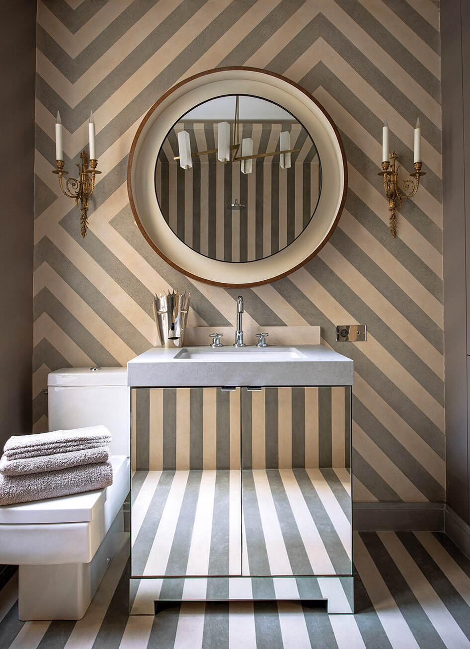 Ванная комната в современном стиле с врезной раковиной, плоскими фасадами и разноцветными стенами