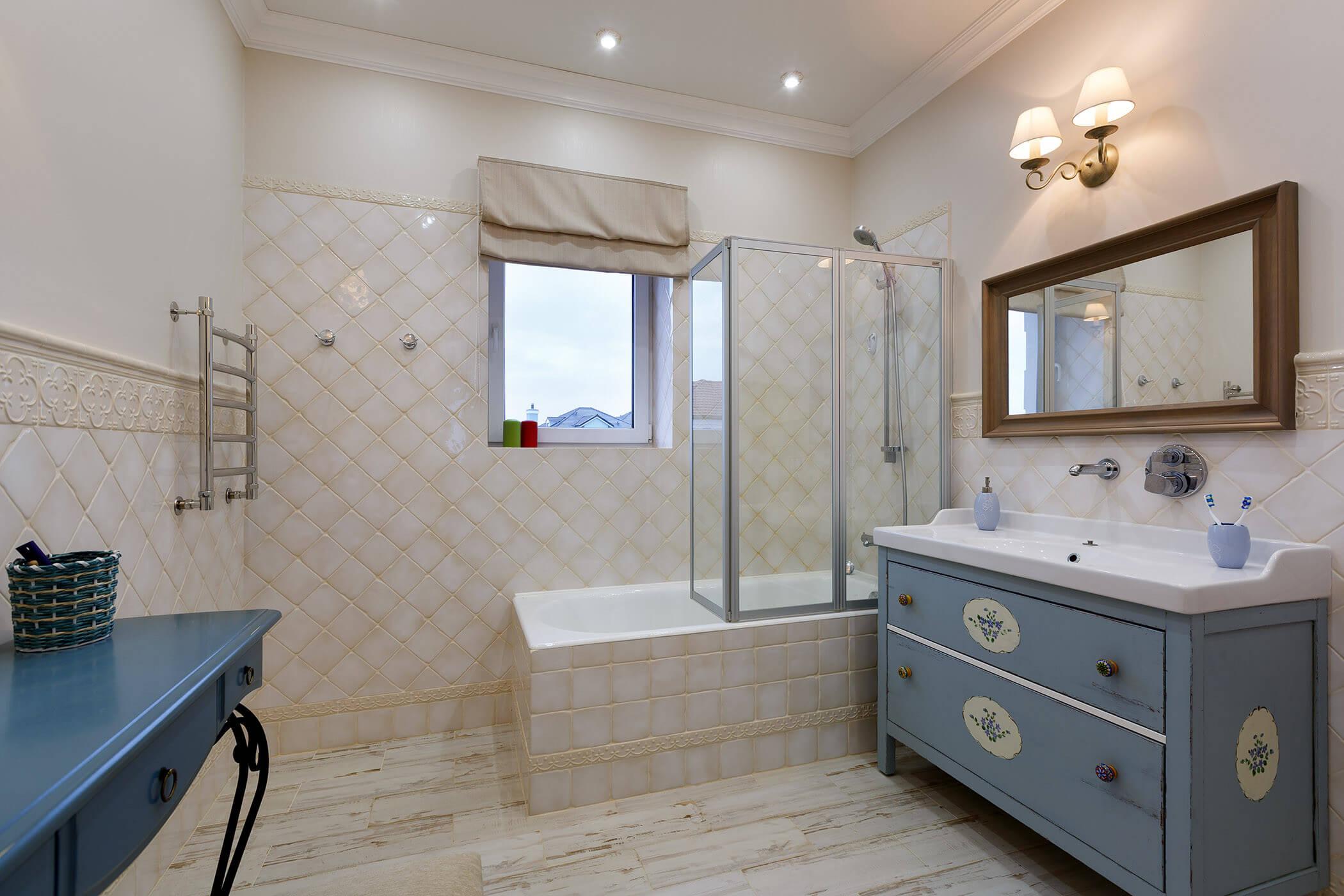 Ванная комната в стиле прованс в светлых и серых оттенках