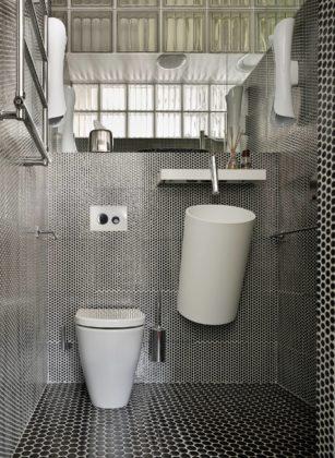 Туалет в современном стиле с черно-белой плиткой, подвесной раковиной, черным полом, раздельным унитазом, плиткой мозаикой и полом из мозаичной плитки