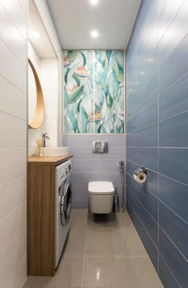 Туалет среднего размера в современном стиле с керамической плиткой, полом из керамогранита, столешницей из дерева, серым полом, синей плиткой и настольной раковиной