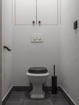 Маленький туалет в современном стиле с раздельным унитазом, серыми стенами, полом из керамогранита и серым полом