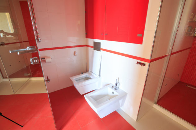 Красно-белая ванная комната в современном стиле