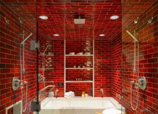 Ванная комната в современном стиле с ванной в нише, красной плиткой, плиткой кабанчик и красными стенами