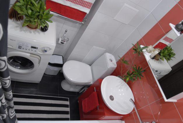 Ванная комната в современном стиле с черным полом и красно-белыми стенами