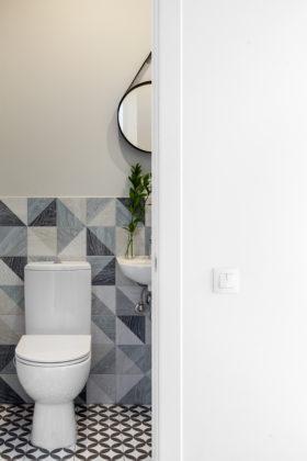 Туалет в скандинавском стиле с раздельным унитазом, синей плиткой, керамической плиткой, серыми стенами, полом из керамогранита и подвесной раковиной