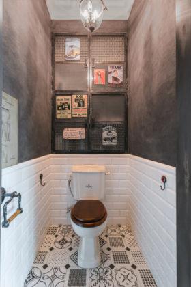 Туалет среднего размера в стиле лофт с белой плиткой, полом из керамогранита, раздельным унитазом, плиткой кабанчик и черными стенами
