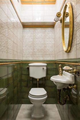 Маленький туалет в викторианском стиле с полом из керамогранита, раздельным унитазом, зеленой плиткой, подвесной раковиной и бежевым полом