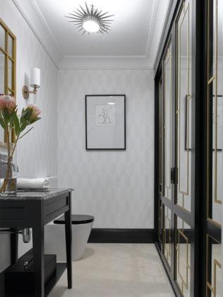 Туалет среднего размера в стиле современная классика с черными фасадами, раздельным унитазом, полом из керамогранита, врезной раковиной, мраморной столешницей, бежевым полом и серой плиткой