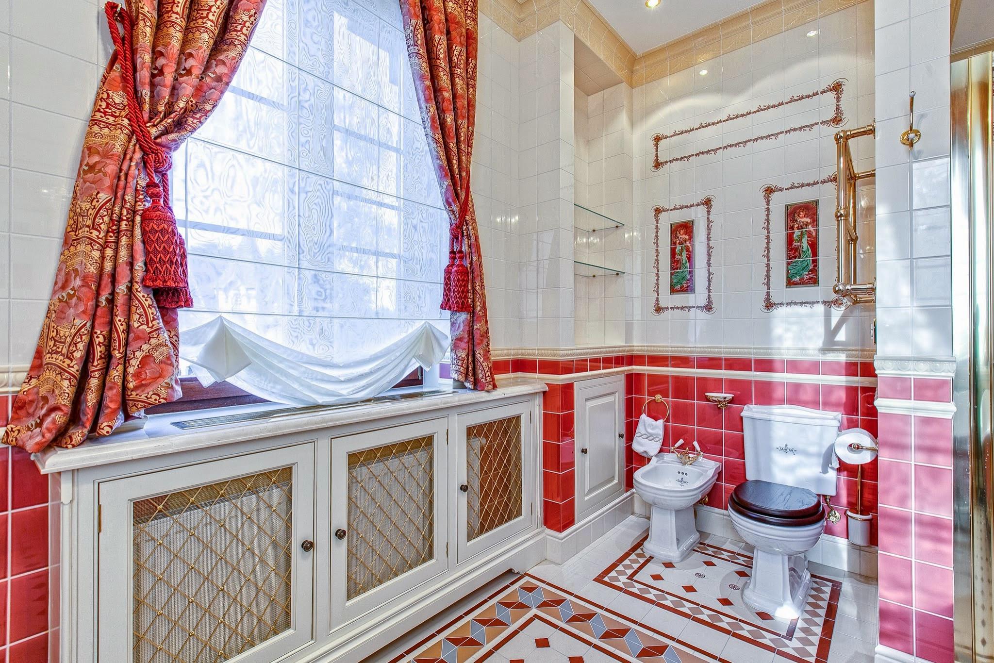 Ванная комната в классическом стиле с разноцветным полом