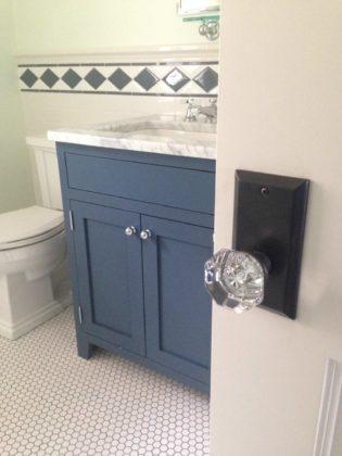 Туалет среднего размера в стиле кантри с темными деревянными фасадами, фасадами с декоративным кантом, раздельным унитазом, белой плиткой, плиткой кабанчик, белыми стенами, полом из мозаичной плитки и врезной раковиной