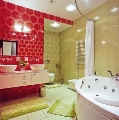 Ванная комната в современном стиле с зеленой и красной плиткой