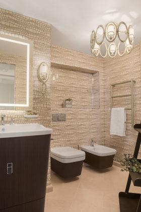 Туалет среднего размера в современном стиле с бежевой плиткой, плиткой мозаикой, бежевым полом, и бежевыми стенами и консольной раковиной