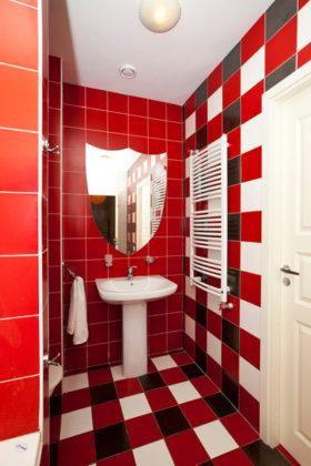 Детская ванная комната с красной плиткой, разноцветными стенами и полом из керамической плитки