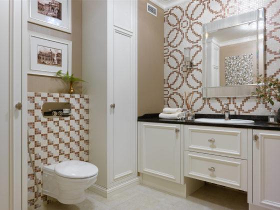 Туалет в стиле современная классика с плиткой мозаикой, накладной раковиной, бежевым полом, черной столешницей, бежевыми фасадами, разноцветной плиткой и коричневыми стенами