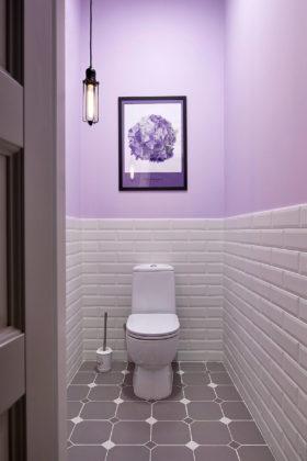Туалет в скандинавском стиле с белой плиткой, серой плиткой, плиткой кабанчик, фиолетовыми стенами, раздельным унитазом и серым полом