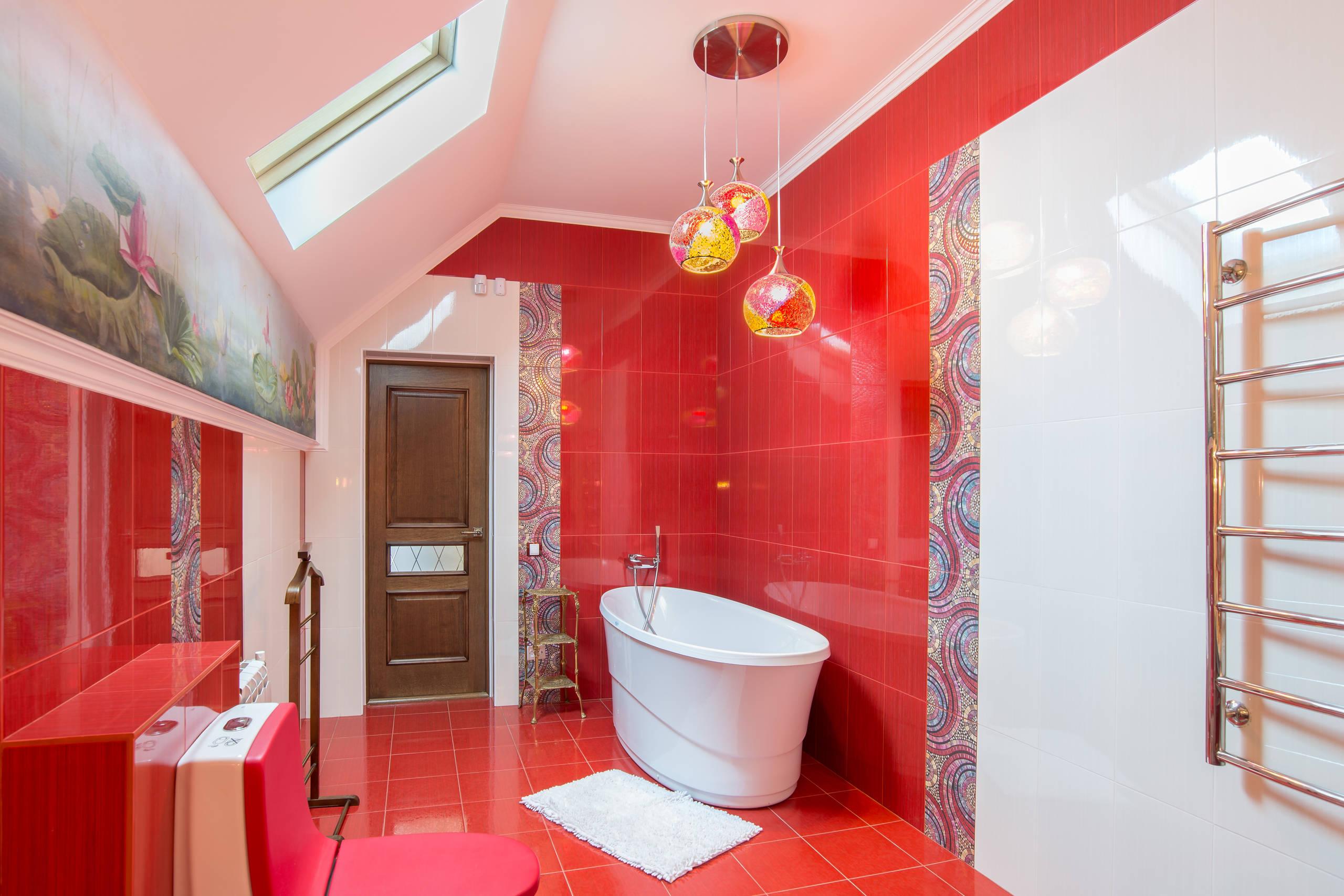 Ванная комната в современном стиле с красным полом