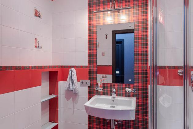 Детская ванная комната в современном стиле с угловым душем, красной и белой плиткой