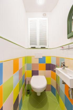 Маленький туалет в современном стиле с разноцветной плиткой, керамической плиткой, полом из керамической плитки, подвесной раковиной, зеленым полом и белыми стенами