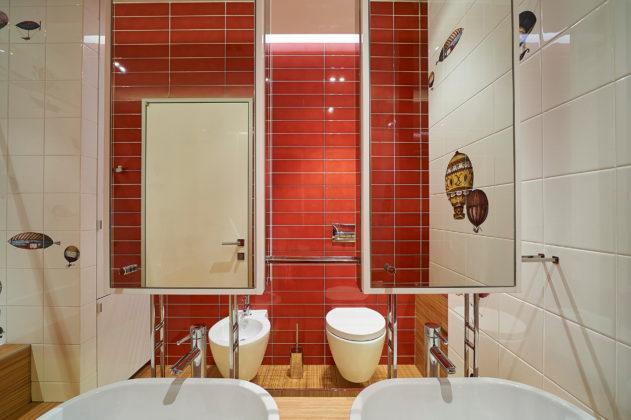 Ванная в современном стиле с красными стенами