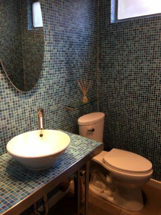 Туалет среднего размера в стиле модернизм с открытыми фасадами, столешницей из плитки, раздельным унитазом, синей плиткой, плиткой мозаикой, синими стенами, полом из керамогранита,