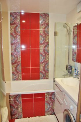 Ванная комната в современном стиле с разноцветными стенами