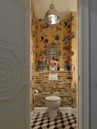 Туалет в стиле фьюжн с разноцветной плиткой, разноцветными стенами, унитазом-моноблоком и разноцветным полом