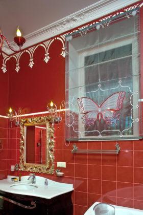 Ванная комната в классическом стиле с красными стенами