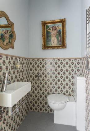 Маленький туалет в стиле современная классика с разноцветной плиткой, подвесной раковиной, серым полом, унитазом-моноблоком, керамической плиткой, разноцветными стенами, полом из керамогранита