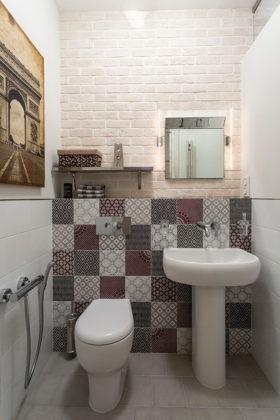 Туалет в современном стиле с раздельным унитазом, разноцветной плиткой, белыми стенами, раковиной с пьедесталом, керамической плиткой и полом из керамической плитки