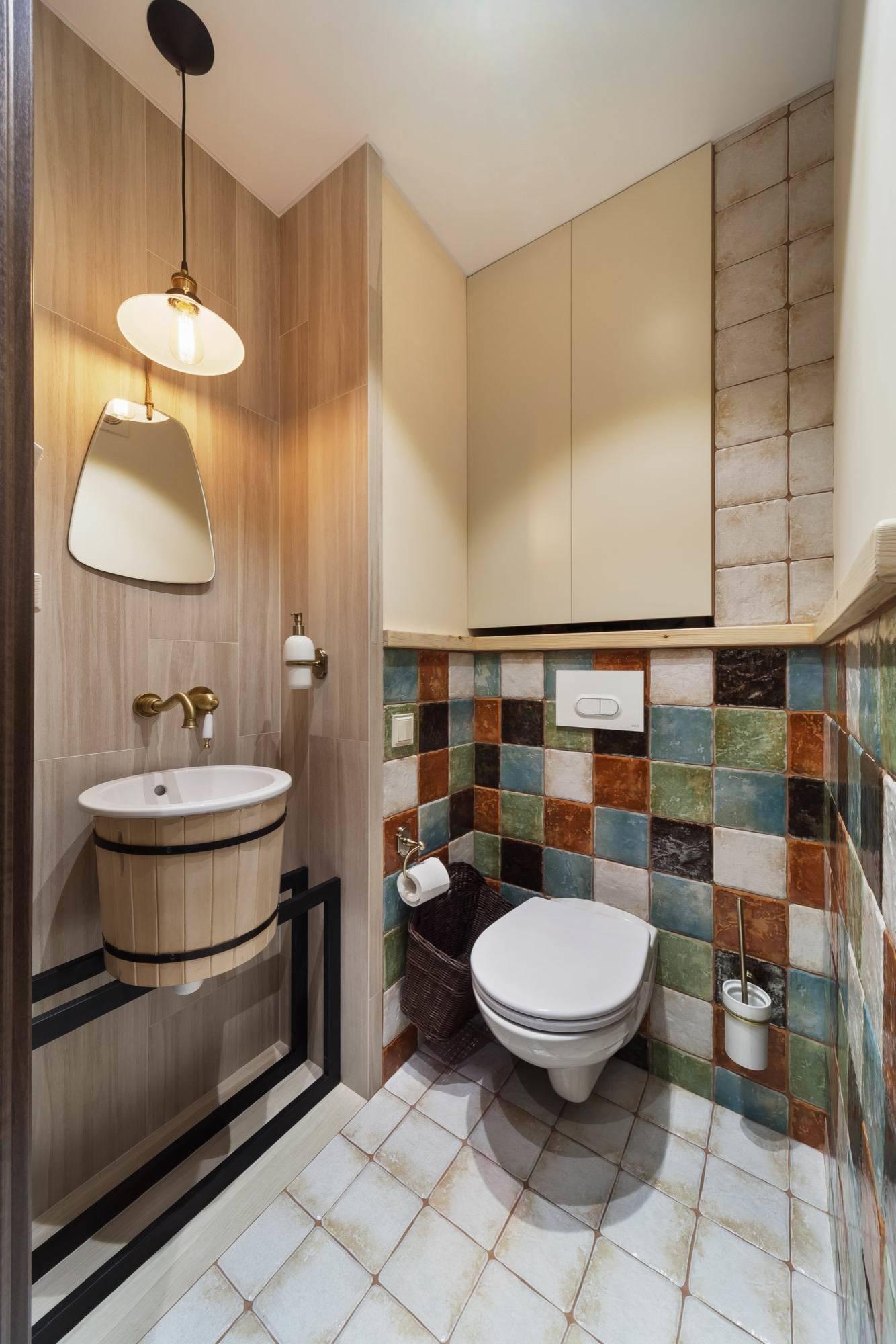 Туалет в современном стиле с инсталляцией, бежевой плиткой, разноцветной плиткой, консольной раковиной и белым полом
