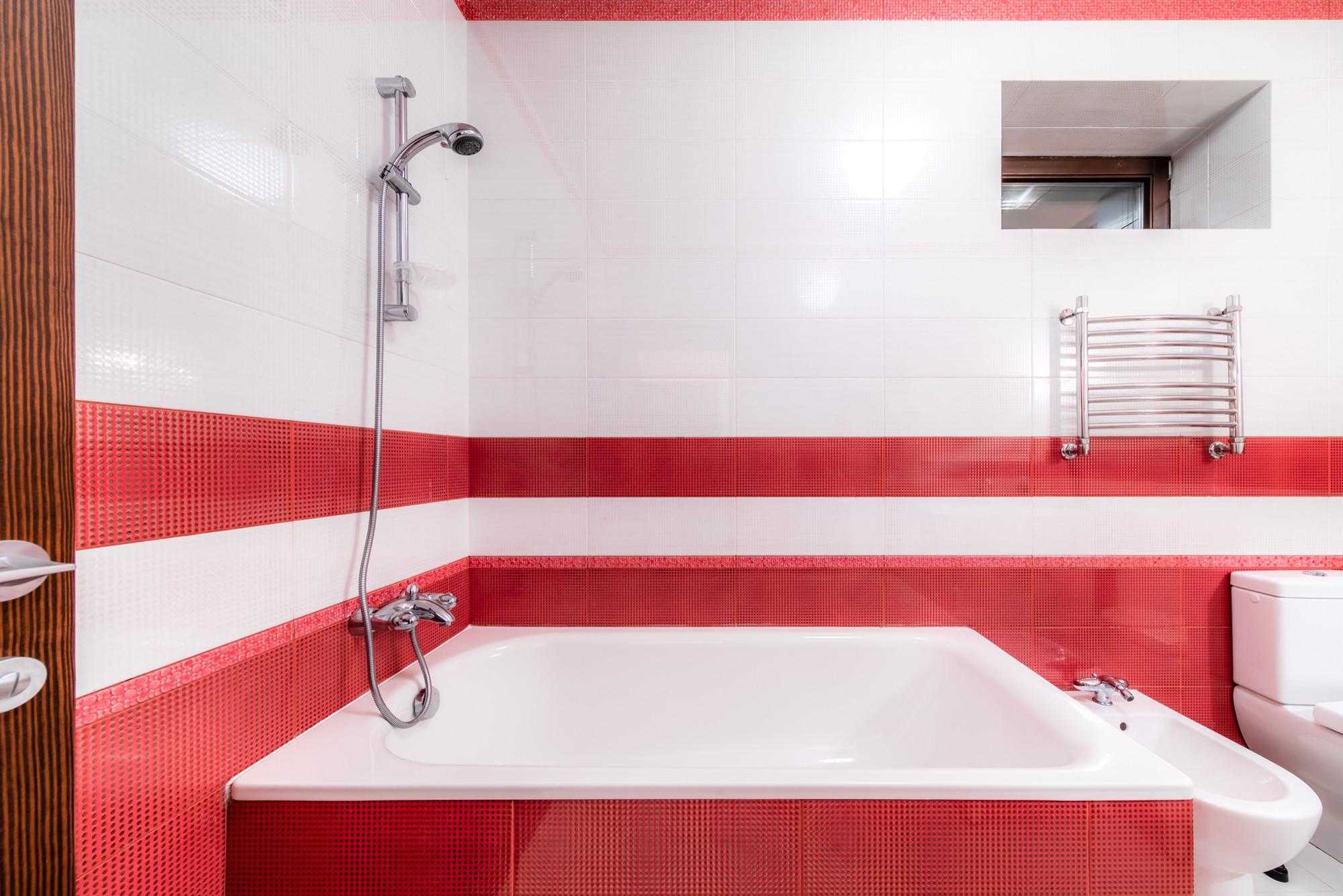 Ванная комната в классическом стиле в красно-белых тонах
